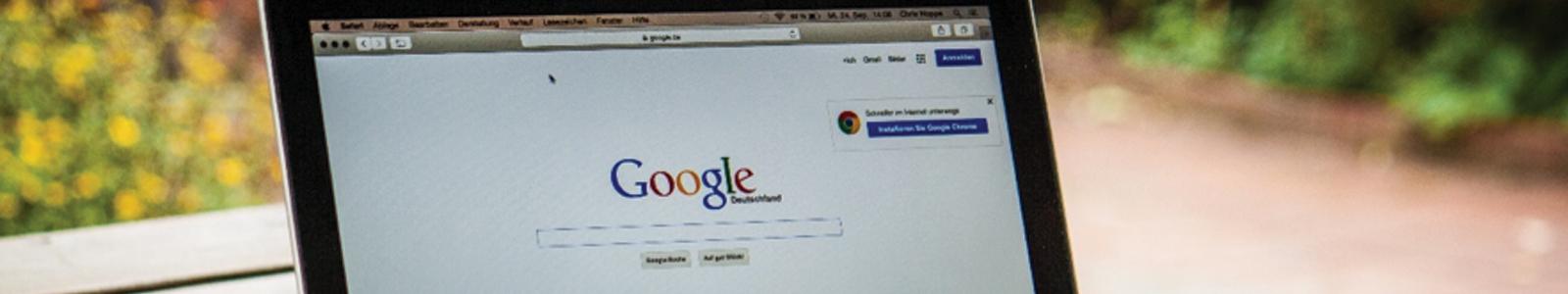 Laptop con google como buscador conektica